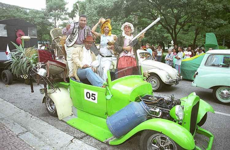Carnaval 2005: Desfile de corso carnavalesco com carros antigos  - Beto Magalh�es/Estado de Minas - 30/01/2005