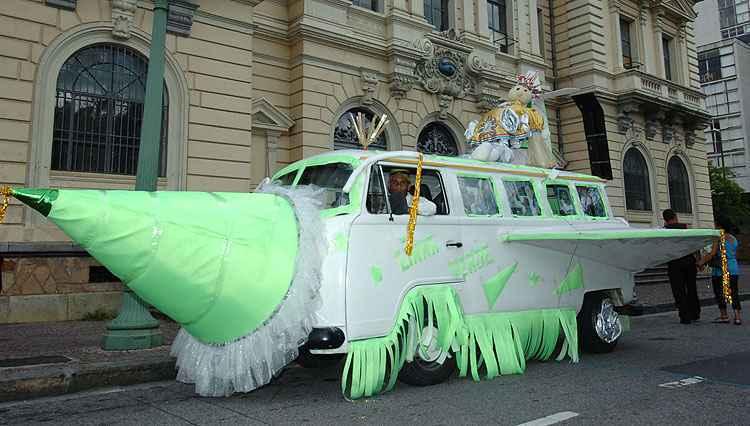 Kombi fantasiada no Carnaval 2006 - Renato Weil/Estado de Minas - 19/02/2006