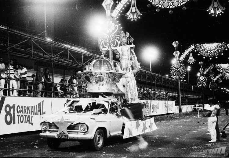 Chevrolet C10 abre alas em desfile das escolas de Samba na Afonso Pena em 1981 - Arquivo Público Municipal/PBH