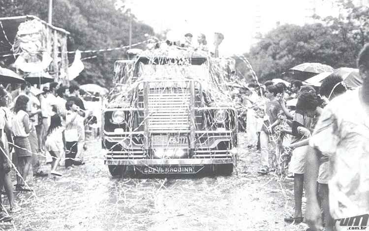 Desfile de carro aleg�rico durante o Carnaval de 1987  -  Paulo Filgueiras/Estado de Minas - 05/02/1987