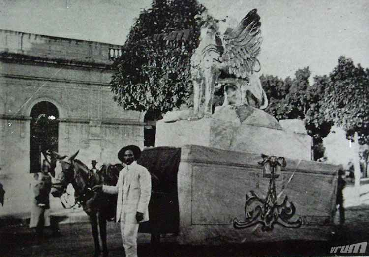 Carro Alegórico do clube Tenentes do Diabo: ' Dragão Alado', carnaval de 1915   - Jornal