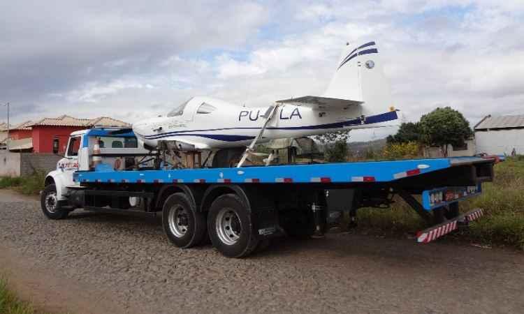 Ap�s obter o registro da Anac, aeronave foi transportada de caminh�o at� Par� de Minas - Arquivo pessoal