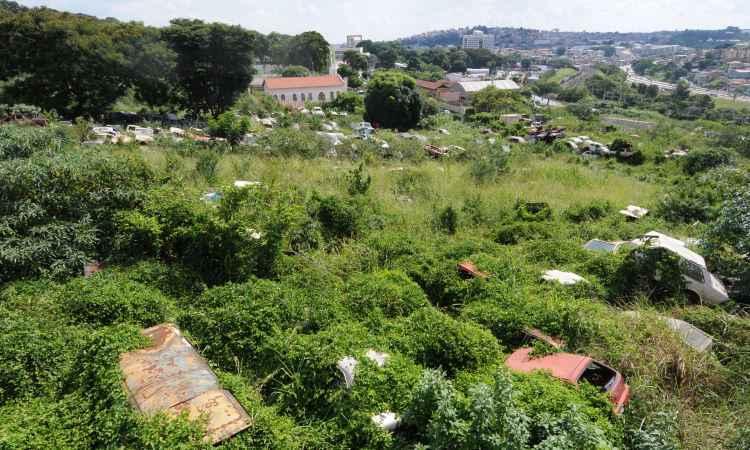 No trecho que fica nos fundos do dep�sito de carros, � f�cil encontrar pessoas com dengue - Gladyston Rodrigues/EM/D.A Press