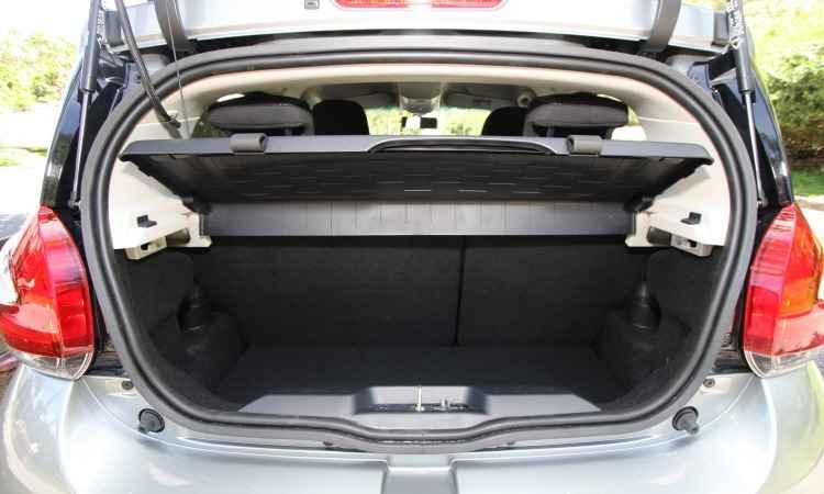 Porta-malas é pequeno e traz uma caixa para organizar melhor a bagagem; banco de trás pode ser rebatido para carregar volumes maiores - Edésio Ferreira/EM/D.A Press