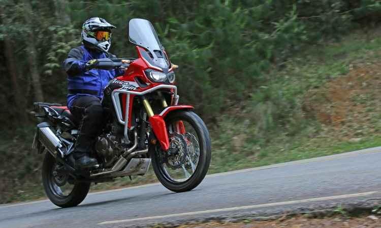 O aro 21 na dianteira facilita no fora de estrada, mas reduz a agilidade no asfalto - Caio Mattos/Honda/Divulgação