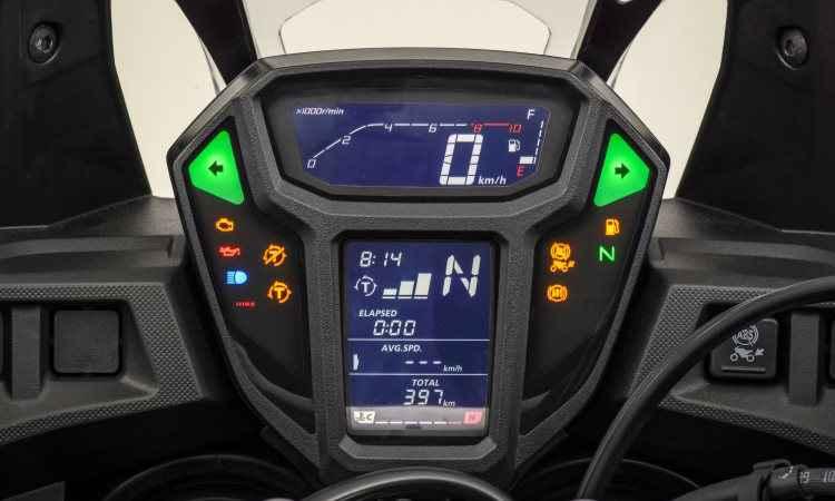O painel é digital e disposto verticalmente, como nas motos de competição - Caio Mattos/Honda/Divulgação