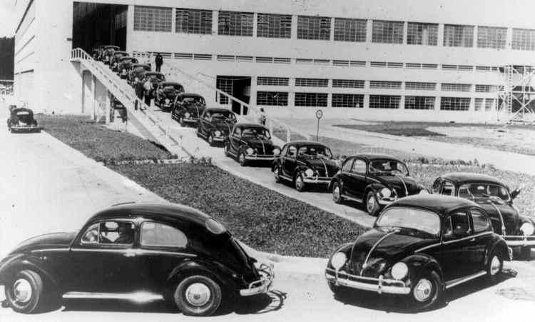 Fuscas saindo da fábrica da VW Anchieta em 1959, com índice de nacionalização acima de 50%  - Volkswagen/Divulgação