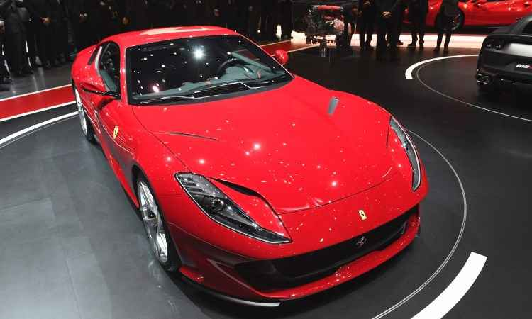A Ferrari 812 Superfast é equipada com moto V12 de 800cv e chega aos 100km/h em apenas 2,9 segundos, atingindo a máxima de 340km/h - Fabrice Coffrini/AFP