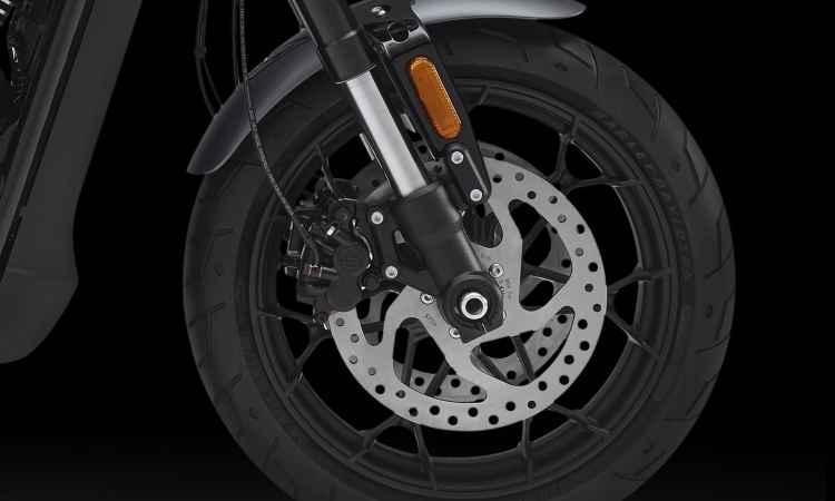 Os freios contam com discos de grandes dimensões - Harley-Davidson/Divulgação