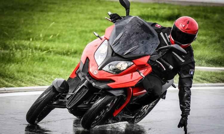 O sistema de suspensões permite inclinações, como em um scooter convencional - Quadro Vehicles/Divulgação