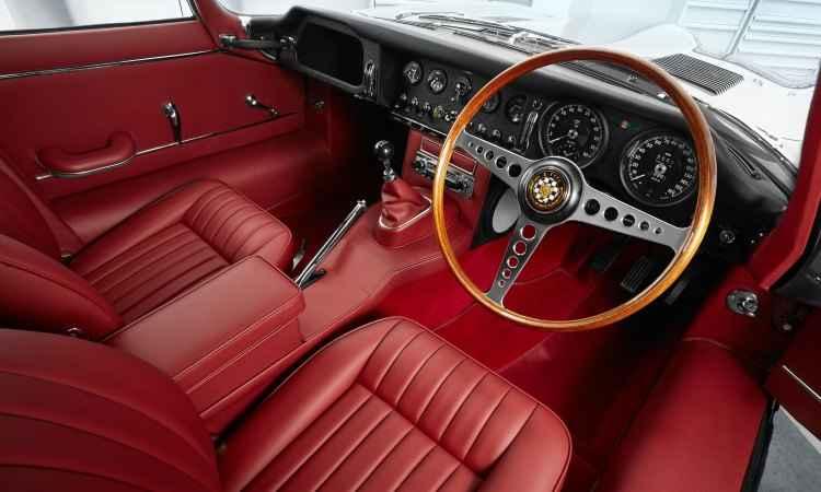 Acabamento em couro vermelho e volante com aro de madeira e três raios dão toque de sofisticação e esportividade ao modelo  - Jaguar/Divulgação