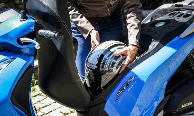 O porta-malas embaixo do banco comporta um capacete fechado - Honda/Divulgação