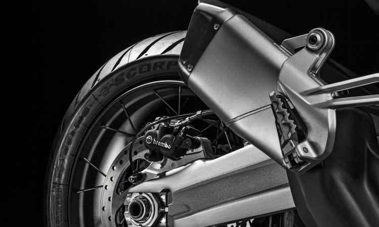 As rodas são raiadas, com aro de 17 polegadas na traseira e ABS de curva - Ducati/Divulgação