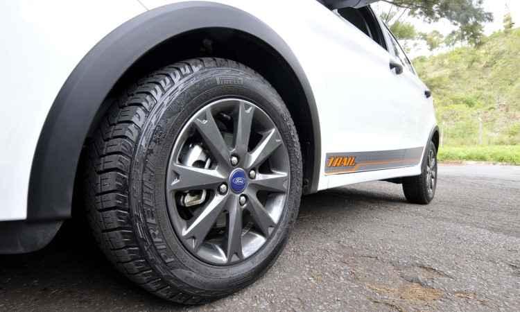 Rodas de liga leve escurecidas calçadas com pneus de uso misto - Juarez Rodrigues/EM/D.A Press