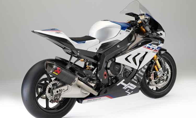O quadro e as rodas são de fibra de carbono, reduzindo o peso para 171kg - BMW/Divulgação