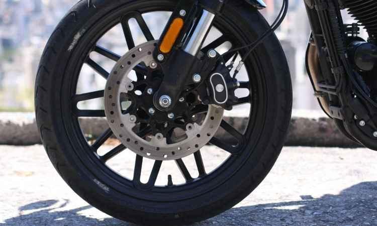Os freios dianteiros contam com duplo disco de 300mm de diâmetro e ABS - Edésio Ferreira/EM/D.A Press