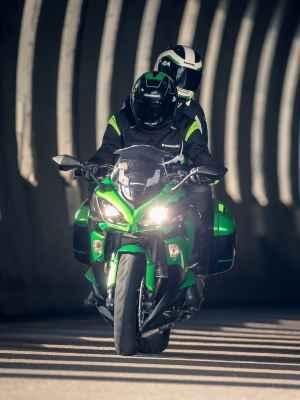 A iluminação é de LED e o para-brisa regulável - Kawasaki/Divulgação