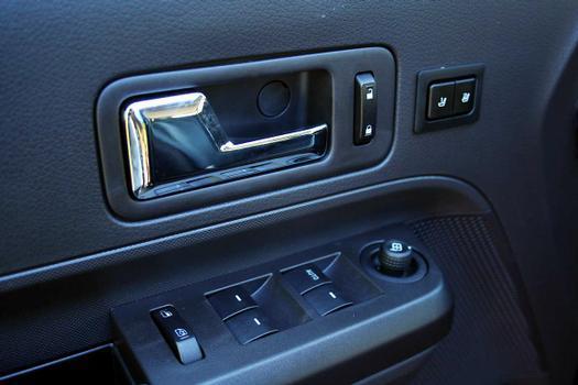 Acionamento dos vidros, das travas e o ajuste dos retrovisores estão na porta