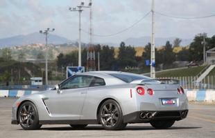 Aerofólio na tampa traseira condiz com o espírito esportivo do Nissan GT-R, equipado com rodas aro 20 e pneus de perfil muito baixo