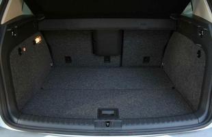 O volume do porta-malas informado pela fábrica é de 360 litros