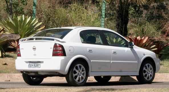 O Astra compete no mercado com Ford Focus 2.0 GLX, Nissan Tiida 1.8 SL, Golf 2.0, Stilo 1.8 8v e Citroën C4 2.0