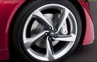 Rodas e pneus largos garantem aderência