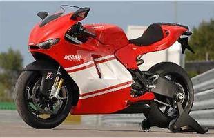 Em busca de menor peso a moto utiliza materiais nobres, mais leves
