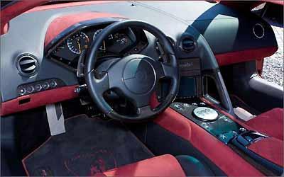 O interior é revestido em couro e camurça nos tons vermelho e preto