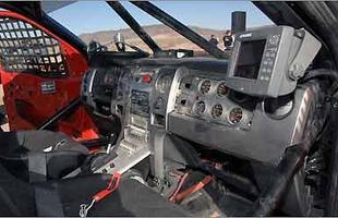 Interior mais espartano, com equipamentos de corrida, gaiola de proteção e volante removível