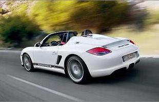 Ressaltos no capô rendem homenagem ao Carrera GT