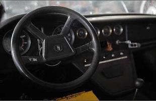 O volante original e o rádio foram furtados assim como outros componentes