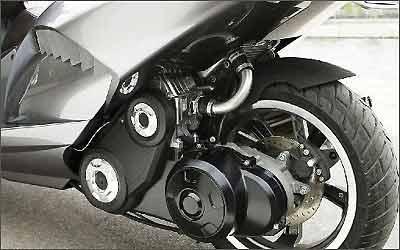 Motor a gasolina de 300 cm³ e 31 cv está posicionado integrado a suspensão traseira