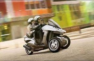 O Peugeot Hybrid3 Evolution se inclina nas curvas