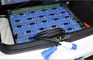São 40 células de baterias de íons de lítio, sendo 30 instaladas no porta-malas e as demais sob o capô