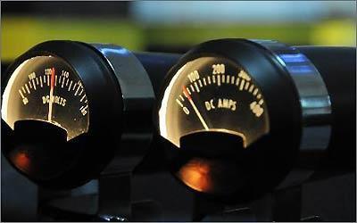 Mostradores estilo tunning foram reprogramados para mostrar informações do sistema, como amperagem
