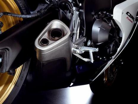 A potência máxima de 178,1 cv a 12 mil rpm e o torque de 11,4 kgfm a 8.500 rpm deixam claro que a FireBlade não está para brincadeiras