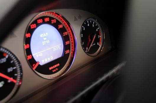 Os intrumentos repassam a 'veia nervosa' do carro na iluminação vermelha e no velocímetro com escala até 330 km/h