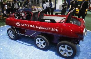 Dos modelos da CT&T, o mais curioso é esse Multi Amphibious Vehicle, um utilitário de três eixos e lugar para quatro pessoas capaz de alcançar 65 km/h