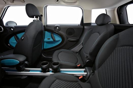 O interior pode acomodar cinco ou quatro pessoas, opção que permite o uso de um console central em forma de trilho para os ocupantes traseiros