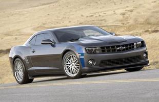 O estilo agressivo do muscle car é incrementado pelas rodas aro 20