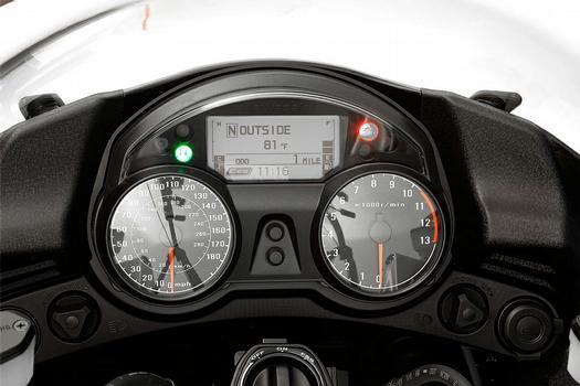 O quadro de instrumentos é bem completo, com direito a tela LCD para a navegação e computador de bordo