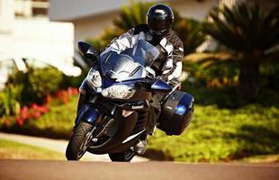 A moto possui o mesmo motor 1.352 cm³ da Ninja ZX-14, mas com menor potência: 155cv a 8.800rpm
