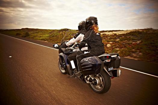 A moto oferece muito conforto com segurança, incluindo freios ABS