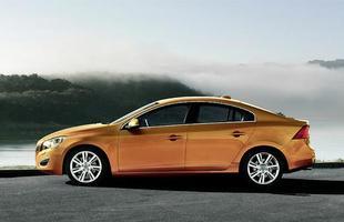 A segunda geração continuou a tendência de cupê de quatro portas, já presente no S60 original de 2000