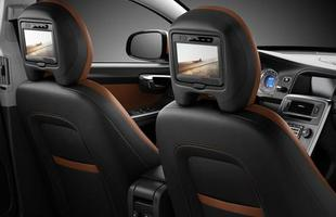 Além de boas medidas, os passageiros traseiros contam com outros confortos, como saídas de ar e telas LCD (opcionais)
