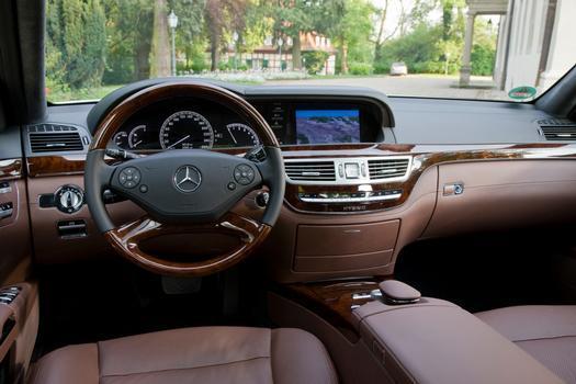 O interior é luxuoso como nas outras versões, mas o painel tem gráfico que mostra o funcionamento do motor elétrico