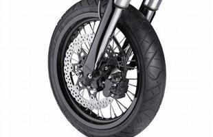 O freio dianteiro de 300mm é do tipo wave, tal como o traseiro, de 240 mm