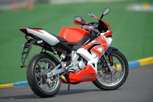 O motor monocilíndrico dois tempos entrega 8,5 cv de potência a 10 mil giros