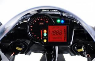 O painel é bem completo, com mostrador digital que integra o velocímetro e um grande conta-giros analógico