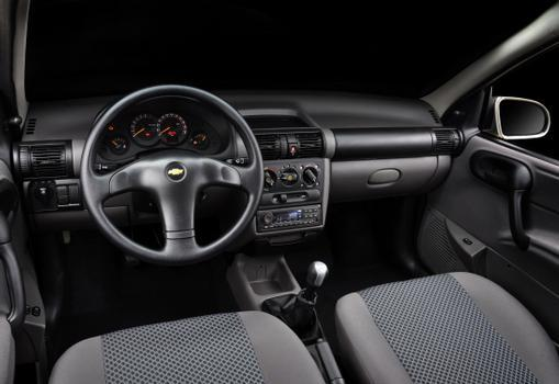 O painel continua o mesmo, com direito ao volante do antigo Monza, mas com a novidade do rádio que recebe mensagens de texto